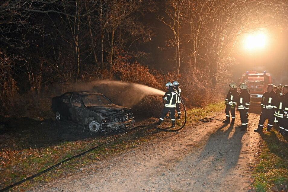 Nicht mehr zu retten war der BMW, der sich am Freitag in der Nähe von Weißenberg in einem Waldstück festgefahren hatte.