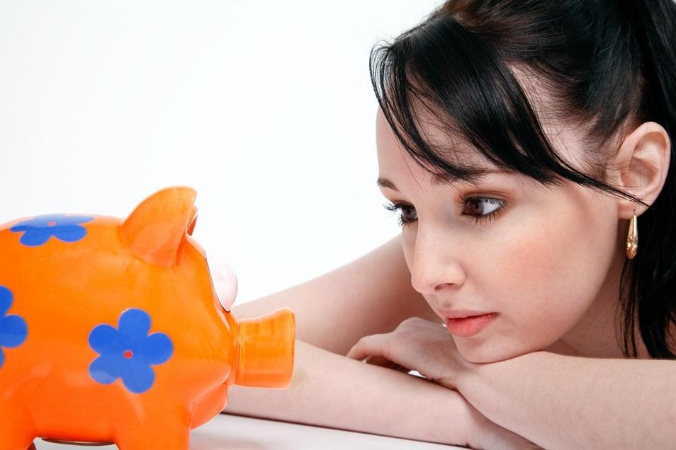 Frauen verdienen weniger und können unterm Strich weniger Geld sparen. Dennoch sparen sie öfter als Männer.