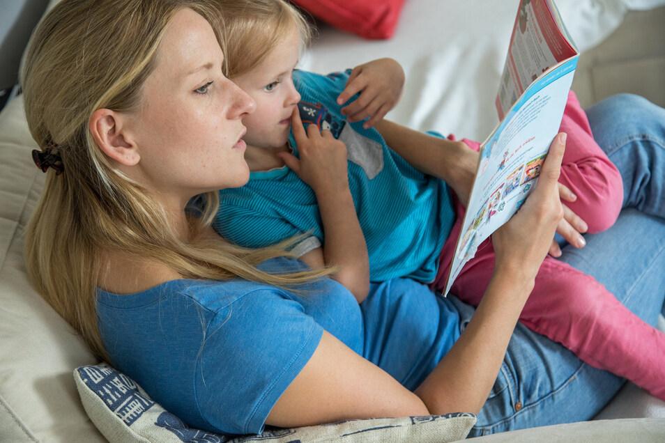 Eltern dürfen gern Bücher zum Vorlesen aussuchen, die sie selbst mögen – denn die Begeisterung steckt an.