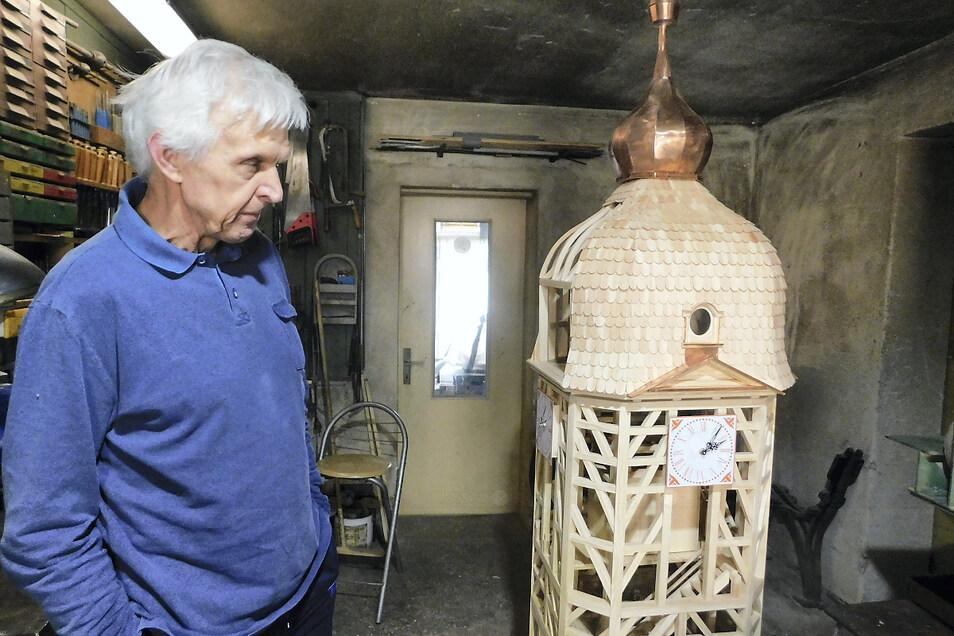 Dieter Platzk ist noch nicht ganz zufrieden mit seinem Nachbau des Gablenzer Kirchturms. So manche Kleinigkeit wie die Wetterfahne oder die Vergoldung der Kuppel fehlen noch am Modell im Maßstab 1:10. Im Spätherbst will er es öffentlich präsentieren.