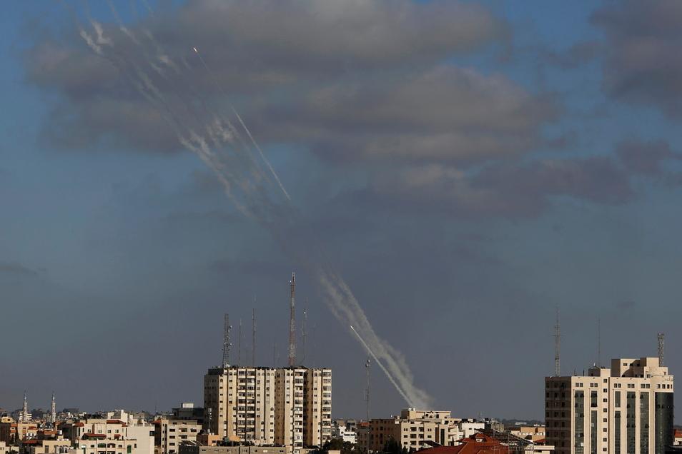 Palästinensische Autonomiegebiete, Gaza-Stadt: Raketen werden aus dem Gazastreifen auf Israel abgefeuert.