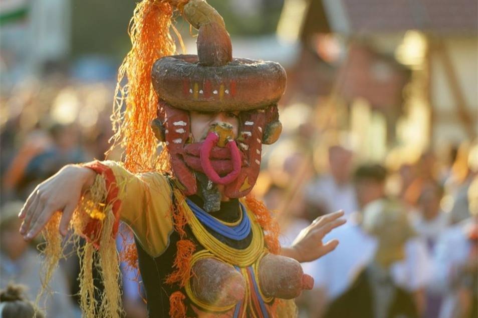 Ein Mitglied des Oplas Teatro aus Italien beim Festumzug zur Eröffnung.