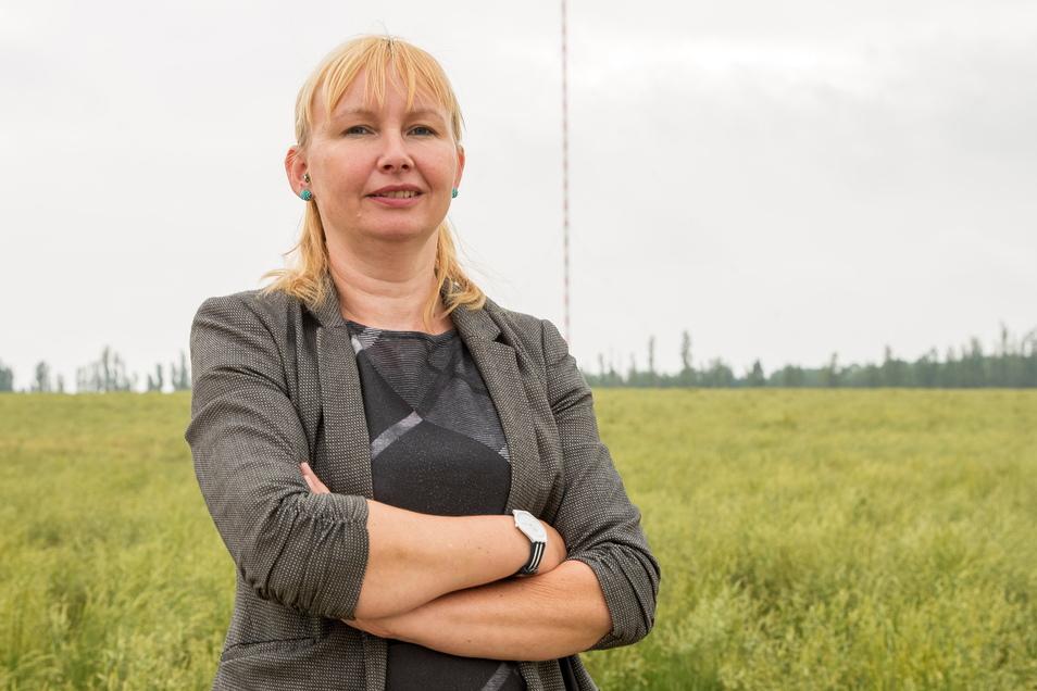 Sabine Neumann vom Förderverein Funkturm in Wilsdruff steht unmittelbar vor dem Turm. Sie und die anderen Mitglieder des Vereines kämpfen darum, dass Wahrzeichen zu erhalten.