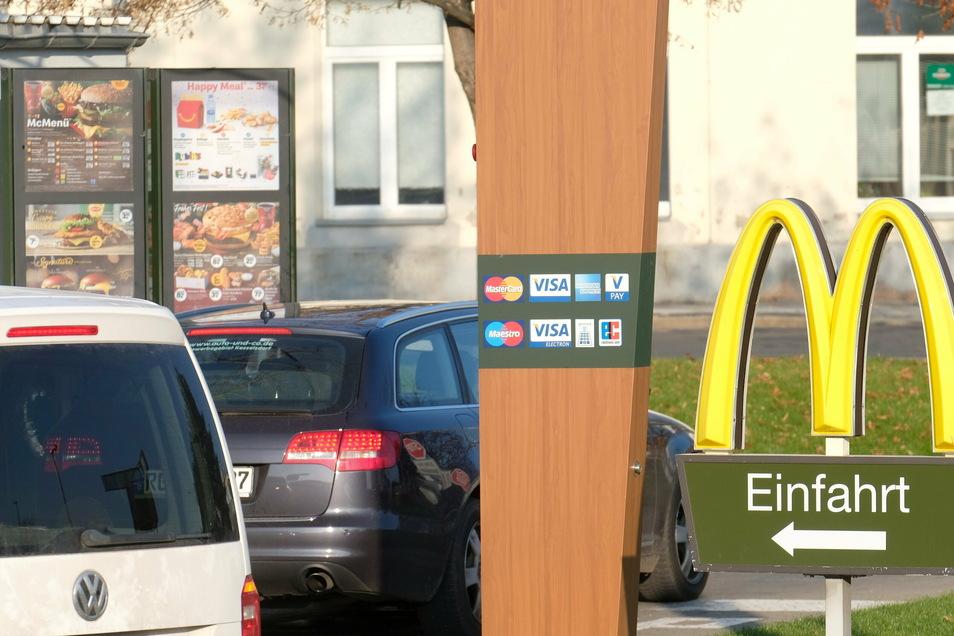 So wie hier bei McDonald's in Meißen holen sich im Lockdown die Kunden ihre Burger- und Pommesdosis. Seit der Pandemie wird der Drive-in fast doppelt so oft genutzt.