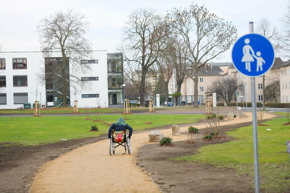 Ein neuer Weg verkürzt die Verbindung zum Zittauer Technischen Rathaus. Im Hintergrund die Arbeitsagentur.