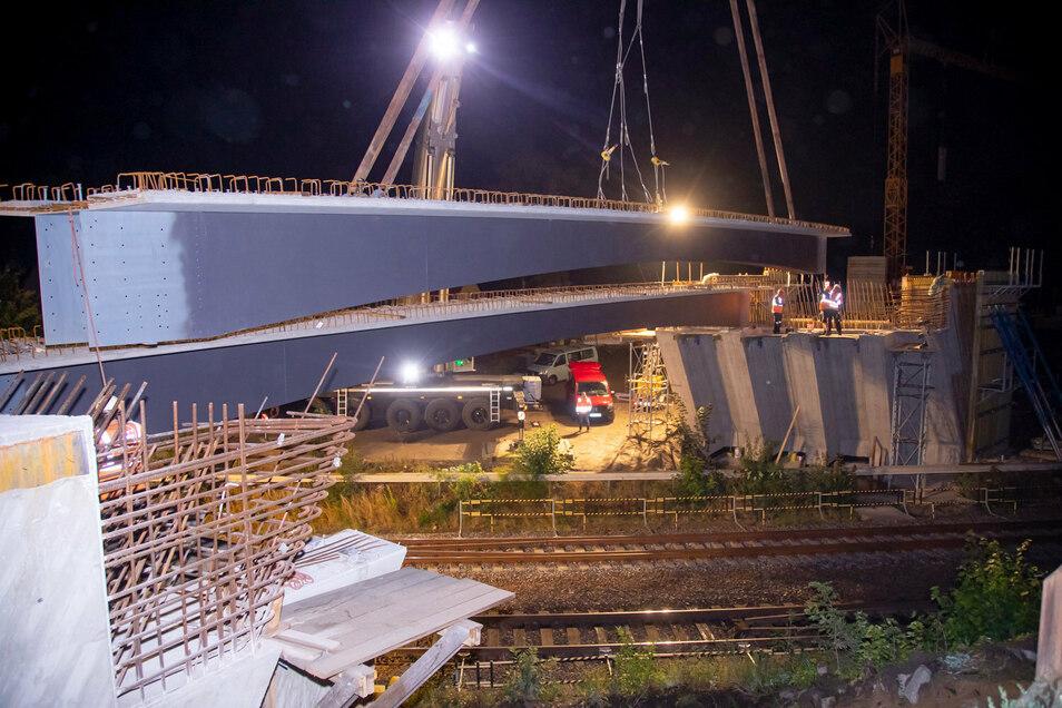 Vier dieser tonnenschweren Betonelemente wurden jetzt in Großharthau für eine neue Brücke montiert. Jedes Teil ist rund 25 Meter lang.
