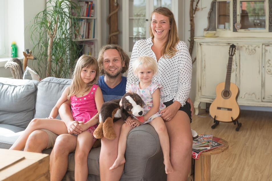 Sie lacht ihre Sorgen und Krebsängste weg – Pia Krüger aus Dresden. Ihr Mann Johannes und die beiden Töchter Emma (li) und Leni (re) geben ihr Halt.