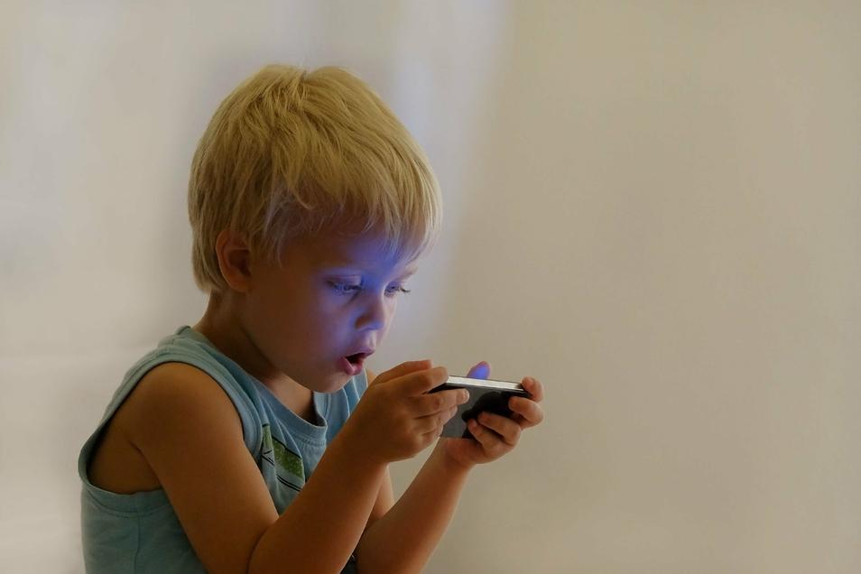 Bei Kindern unter drei Jahren ist Mediennutzung extrem schädlich, weil sie die Synapsenverknüpfung stört.