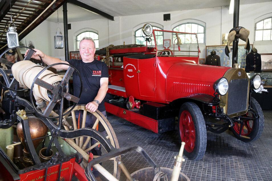 Siegfried Bossack freut sich immer, wenn er Besuchern alte Feuerwehrautos zeigen kann.