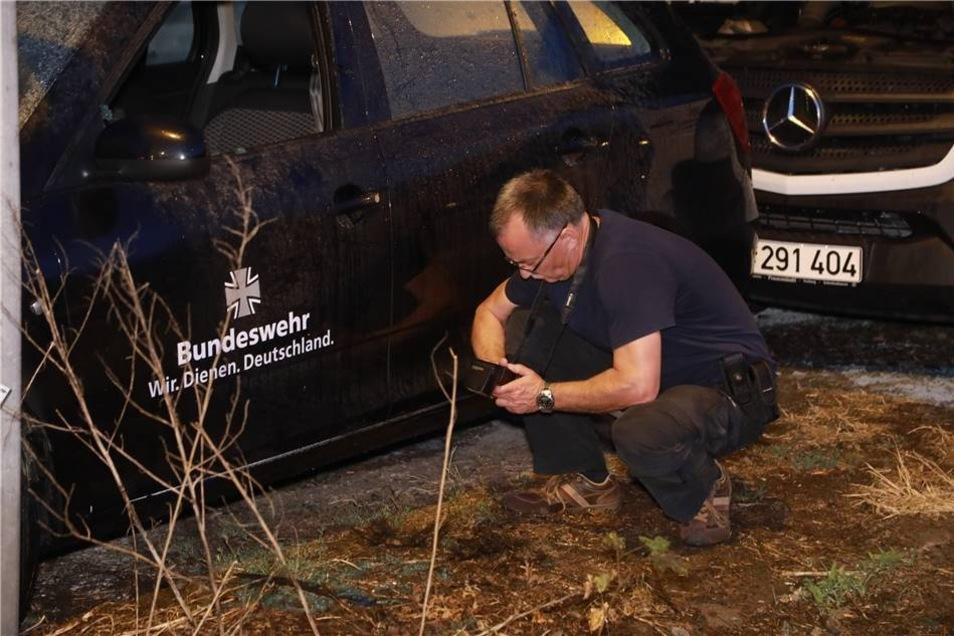 Die Polizei hat die Ermittlungen aufgenommen und sucht nach den Brandstiftern.