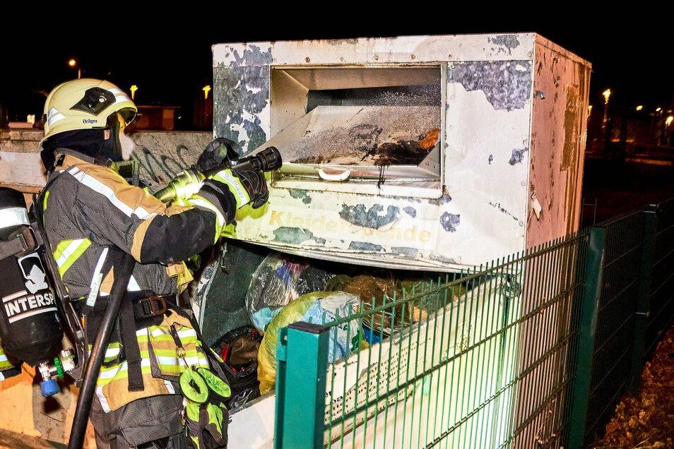 Die Feuerwehr musste am Samstag in der Heidenauer Güterbahnhofstraße einen brennenden Container löschen.