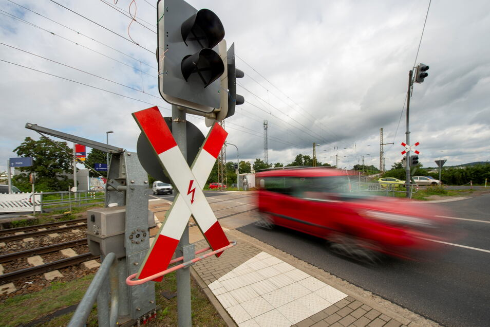 Wegen der Bauarbeiten auf der Bahnstrecke wurden die Schranken am Bahnübergang Kötitzer Straße abgebaut. Diese Freude für Autofahrer wird Ende August unterbrochen und ist im Laufe des September ganz vorbei.