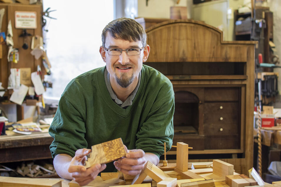 Frieder Eifler präsentiert seine Holzmustersammlung: Als Restaurator hat er sich einen Fundus an exotischen Hölzern aufgebaut.