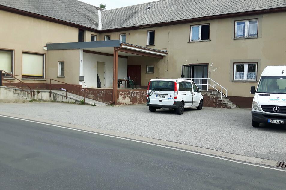 Der ehemalige Dorfkrug von Lichtenberg bei Pulsnitz: Hier wohnen ausländische Bauarbeiter, die in Dresden arbeiten. Wegen eines Corona-Falles waren sie jetzt zwei Wochen in Quarantäne.