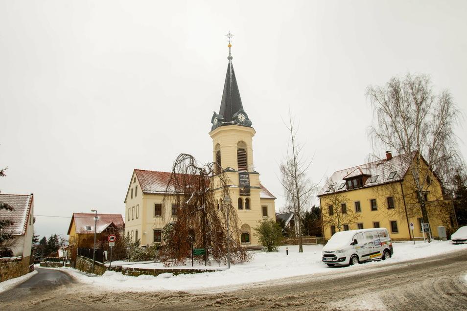 Die Bannewitzer Kirche öffnet trotz Corona auch in diesem verschneiten Winter ihre Tore. Es sind aber nur wenige Menschen zu den Gottesdiensten zugelassen.