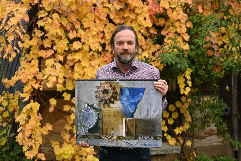 Der Fotograf Michael Lange im herbstlichen Quohren mit seinem Kalender für das Jahr 2021.