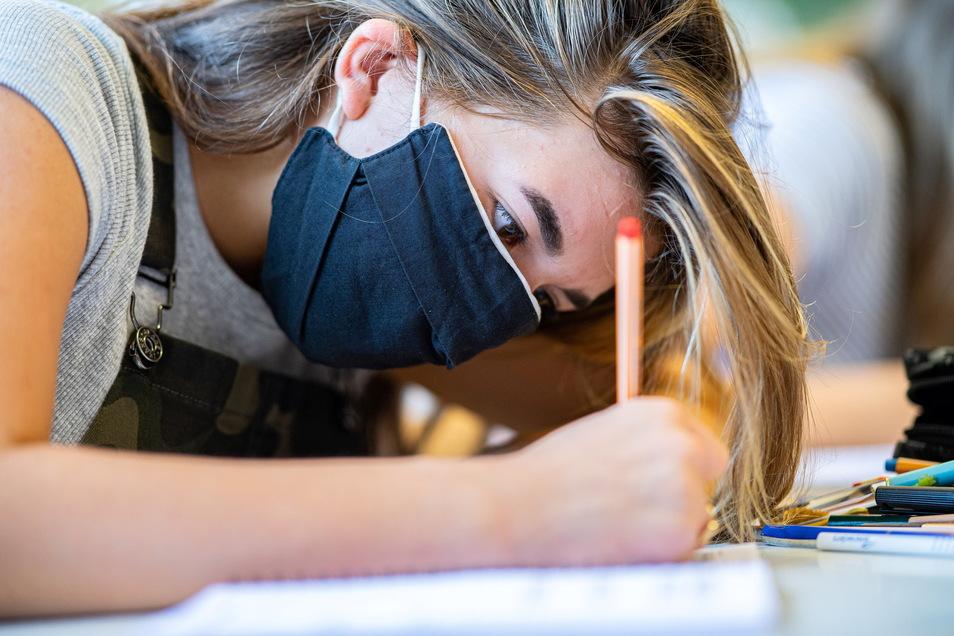 In Sachsen müssen Schülerinnen und Schüler ab Klasse 5 eine Maske auch im Unterricht tragen.