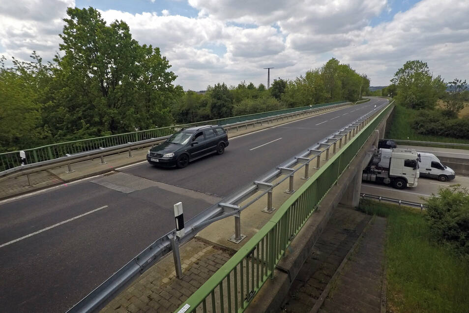 An der Brücke der K 7515 über die Autobahn gibt es zwei Schadstellen, wegen denen die Geschwindigkeit reduziert werden musste. Jetzt werden sie repariert – und noch mehr.
