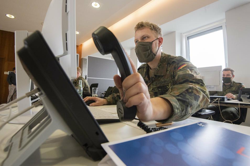 Zahlreiche Soldaten der Bundeswehr helfen im Kampf gegen das Coronavirus. Sechs von ihnen sind im Haus am Karswald in Arnsdorf im Einsatz.