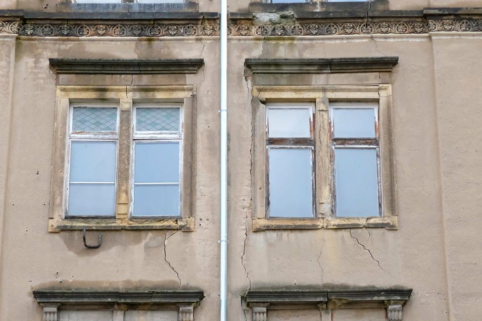 Risse an der Fassade des Hauses an der Fährmannstraße 1 machen zusätzliche Sicherungsarbeiten erforderlich.