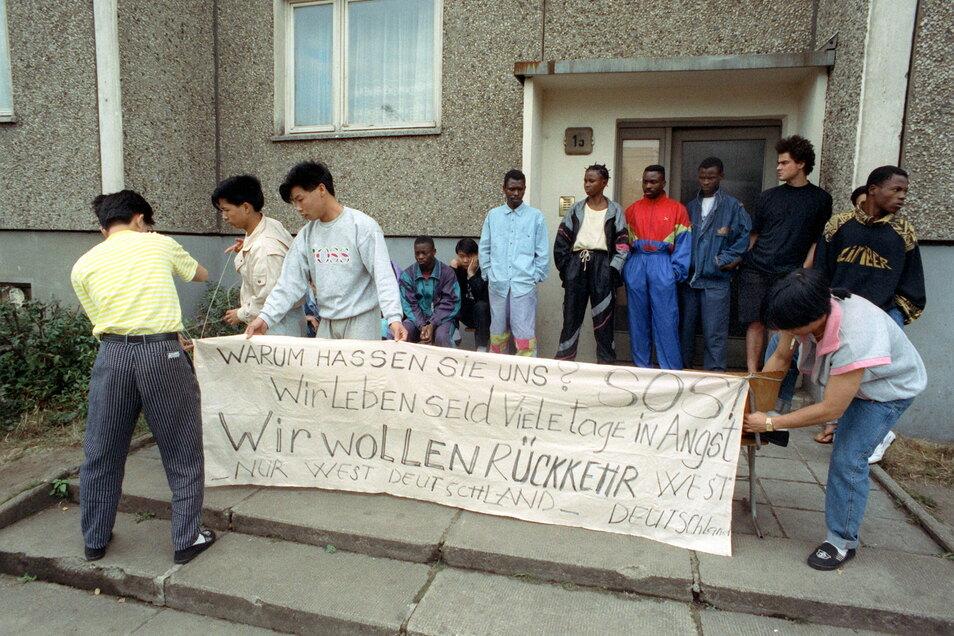 Bewohner eines Hauses für Vertragsarbeiter machten im September 1991 mit einem Plakat auf ihre Lage aufmerksam.