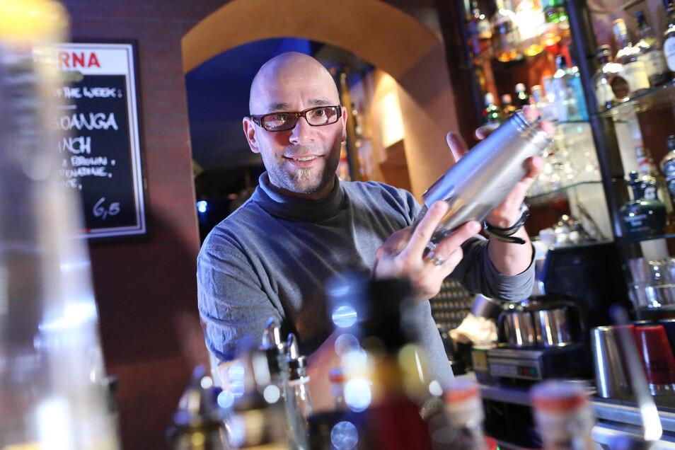 Frank Ulbricht betrieb jahrelang die nach ihm benannte Bar auf der Alaunstraße. So viel Freude wie hier 2013 empfand er zuletzt aber nicht mehr dabei.