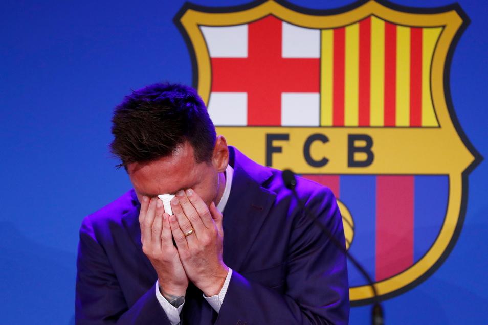 Lionel Messi weint zu Beginn einer Pressekonferenz im Camp Nou Stadion