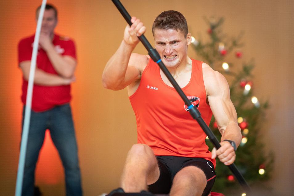 Kanute Tom Liebscher beim Indoor-Wettkampf.