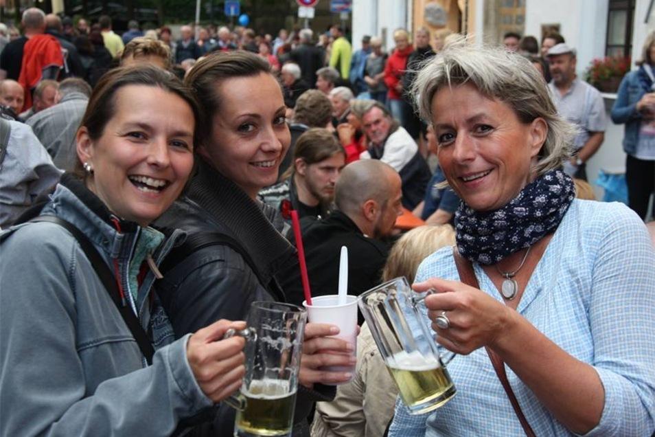 Party in der Altstadt Auf der Niedere Burgstraße vergnügten sich Susann Winterling (40) aus Pirna, Elvira Karbe (36) aus Heidenau und Steffi Wolf (51) aus Pirna.