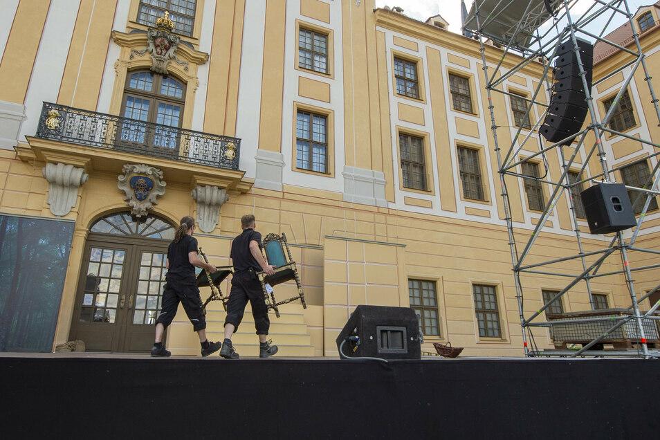 """Die Mitarbeiter des Mehrspartentheaters haben bereits seit Tagen mit den Vorbereitungen für die Aufführung des Musicals """"Drei Haselnüsse für Aschenbrödel"""" alle Hände voll zu tun."""