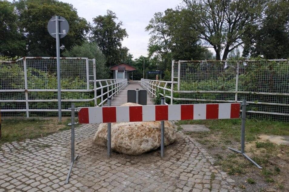 Über die Ostritzer Grenzbrücke kommen sie nun nicht mehr: Ein großer Findling versperrt Autodieben jetzt den Weg nach Polen.