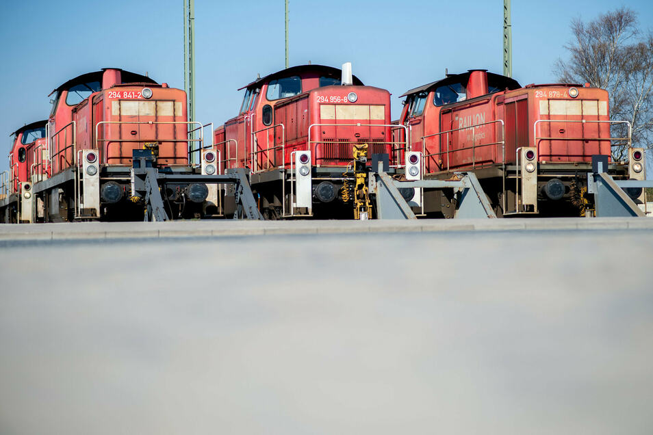 Rangierlokomotiven von DB Cargo stehen auf Abstellgleisen im Bremer Hafengebiet. Die Deutsche-Bahn-Tochter DB Cargo kauft bei Siemens in den kommenden Jahren Hunderte neue Loks.