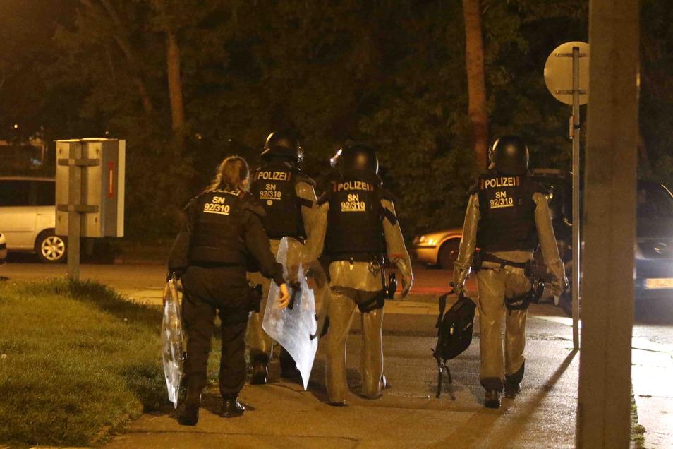 Am Mittwochabend kam es zu einem Polizeieinsatz in Dresden -Johannstadt, weil auf dem Gehweg mehrere blutige Fußabdrücke zu sehen waren.