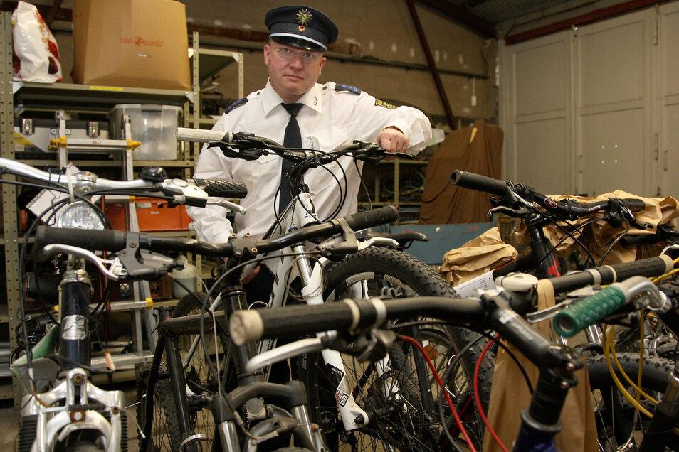 Polizist Szenes mit Fahrrädern aus Diebstählen oder unklarer Herkunft im Pirnaer Revier. Im Juli/August ging die Zahl der Fälle um 43 Prozent zurück.