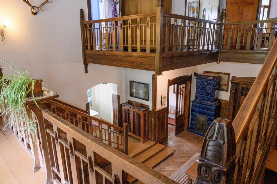 Die Eingangshalle mit Holztreppe und Galerie gehören zu den vielen Details, die aus der Entstehungszeit der Villa 1906 noch original erhalten sind.