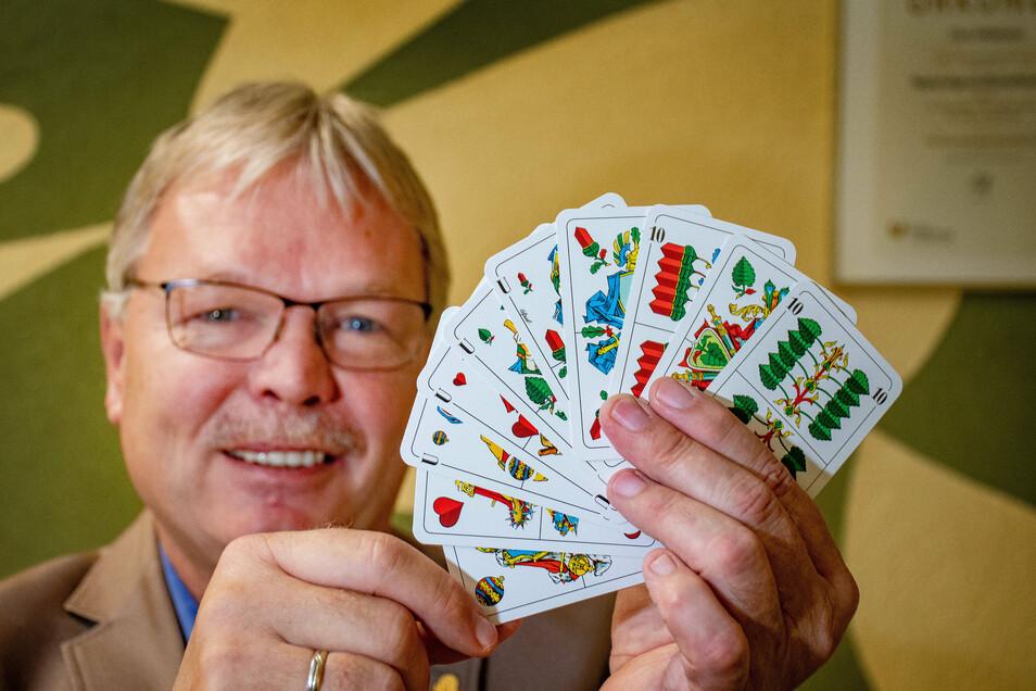 """Ein Grand ouvert ist sehr selten, aber ein Blatt, dass sich jeder Skatspieler wünscht. Wann Tino Feldmann, Präsident des Skat-Clubs """"Grand Hand"""" zum letzten Mal diese Spielkartenkombination in der Hand hatte, weiß er schon gar nicht mehr."""
