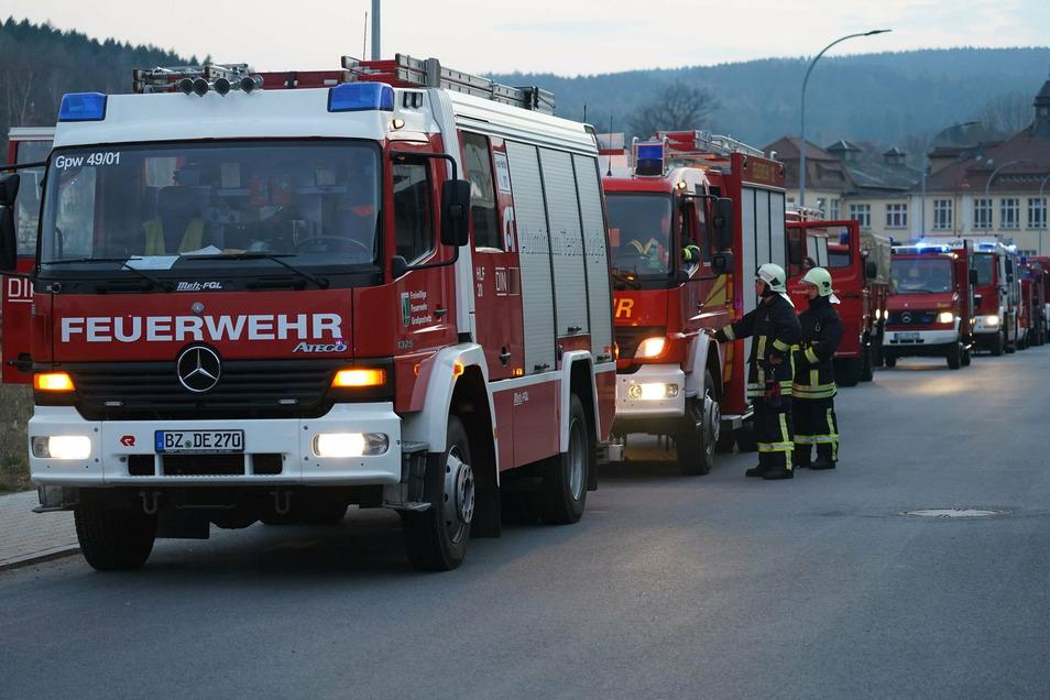 Bei großen Löscheinsätzen, wie hier bei einem Brand in Kirschau, reiht sich moderne Löschtechnik an ältere Fahrzeuge. Um ihren Fuhrpark zu erneuern, suchen einige Wehren im Kreis Bautzen händeringend nach Lösungen, auch abseits von Fördermitteln.