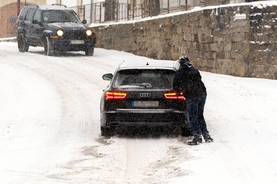 Nichts geht mehr: Am Berg in Rathewalde musste dieser Mann seinen Wagen schieben.