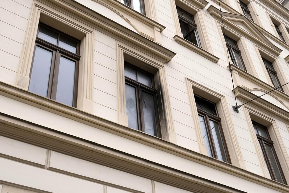 Zerborsten und rußgeschwärzt sind Scheiben eines Fensters der Brandwohnung in der Zittauer Straße in Görlitz.