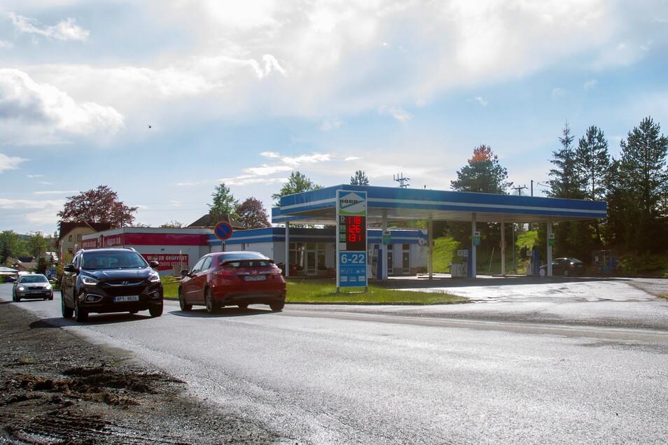 Gleich mehrere Tankstellen gibt es im grenznahen Raum. Ein Preisvergleich lohnt sich auch hier.