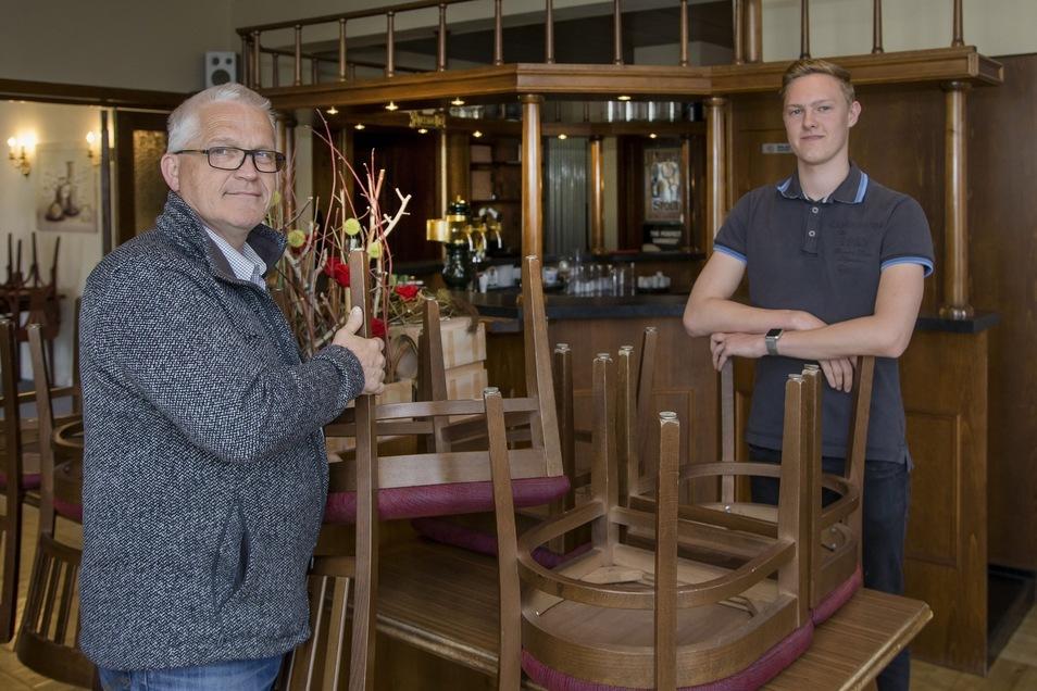 Martin Reinhuber von der Stiftung Leben und Arbeit und Fabricio Mende vom künftigen Jugendklub in einer ehemaligen Gaststätte.