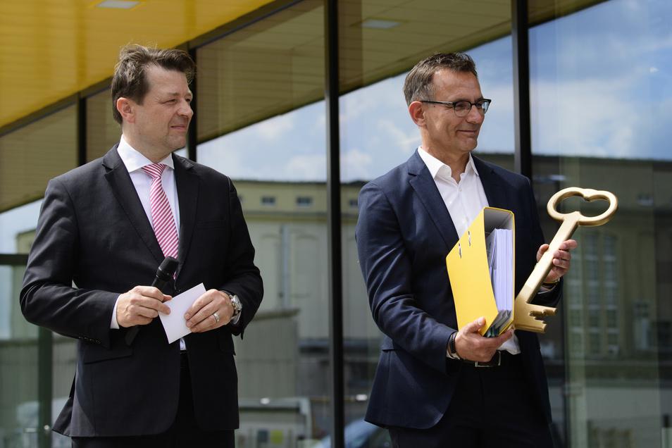 Dynamos kaufmännischer Geschäftsführer Michael Born (r.) und Dynamo-Präsident Holger Scholze eröffnen das neue Trainingszentrum. Ihr Dank gilt dabei besonders Noch-Sportgeschäftsführer Ralf Minge, der sich aus persönlichen Gründen fehlte.