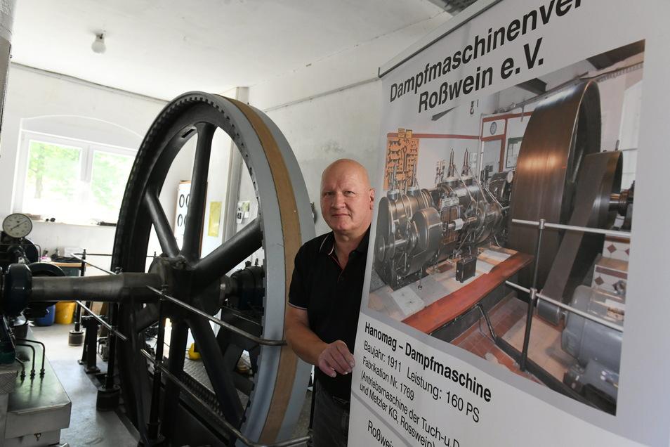"""Die Lengenfelder Dampfmaschine und die alte Hanomag sind die """"Schätzchen"""" des Roßweiner Dampfmaschinenvereins. Dessen Vorsitzender Enrico Korth freut sich aufs kommende Wochenende, wenn die Maschinen wieder laufen."""