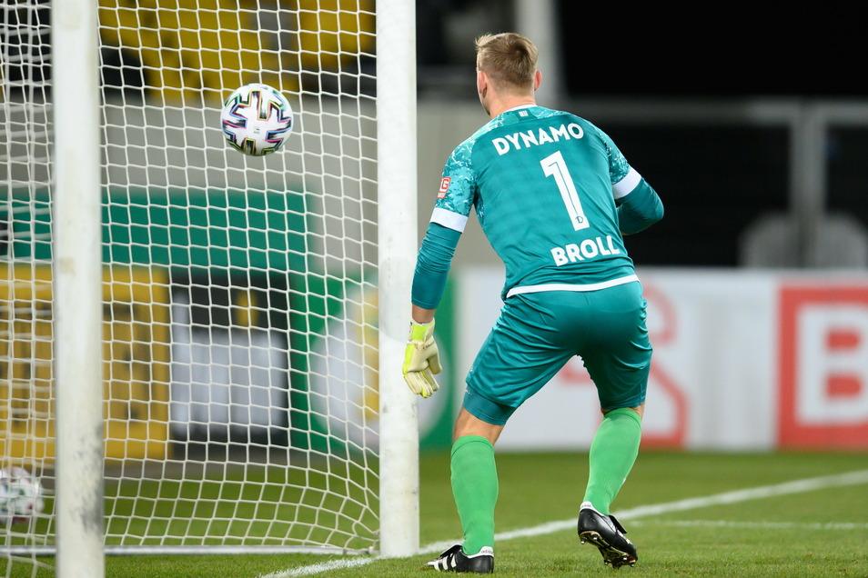 Der Schuss von Darmstadts Torschützen Fabian Schnellhardt ist so hart, dass der Ball gleich wieder aus dem Tor herauskommt. Dynamos Torwart Kevin Broll ist chancenlos.