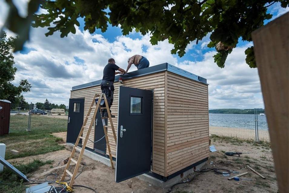 Es steht - das neue Toilettenhäuschen am Nordstrand des Berzdorfer Sees.