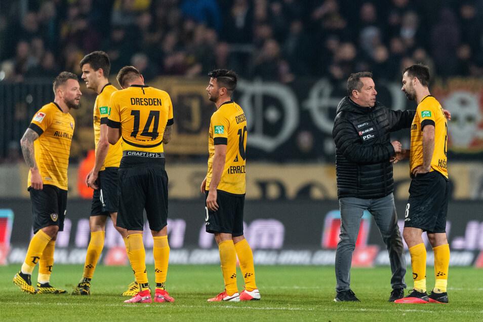Patrick Ebert (l-r), Alexander Jeremejeff, Ondrej Petrak, Marco Terrazzino, Trainer Markus Kauczinski und Josef Husbauer trösten sich nach der 2:3 Niederlage gegen Darmstadt gegenseitig.