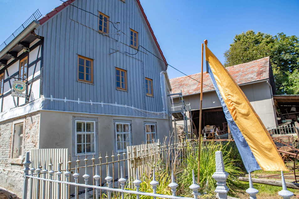 Das Heimatmuseum an der Schnauer in Littdorf wird ein Hingucker. Ein Teil der Fenster sowie der obere Teil der Fassade sind schon erneuert. Mitte September sollen die Handwerker ihre Arbeit vollständig erledigt haben.