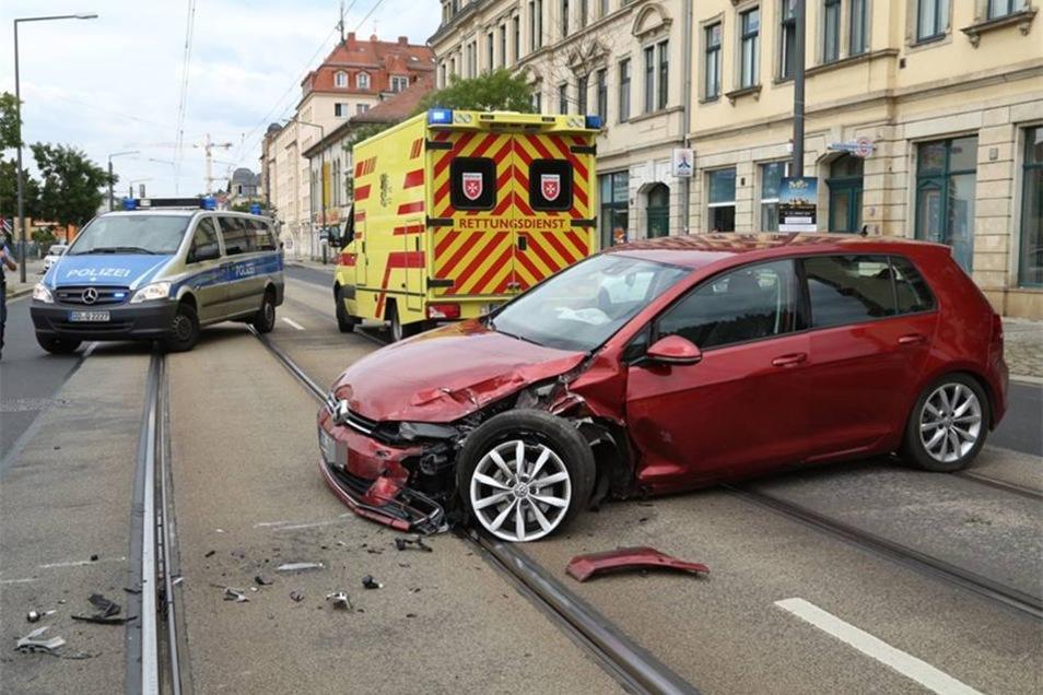 Auf der Leipziger Straße in Pieschen hat sich am Dienstagmittag ein schwerer Verkehrsunfall ereignet.