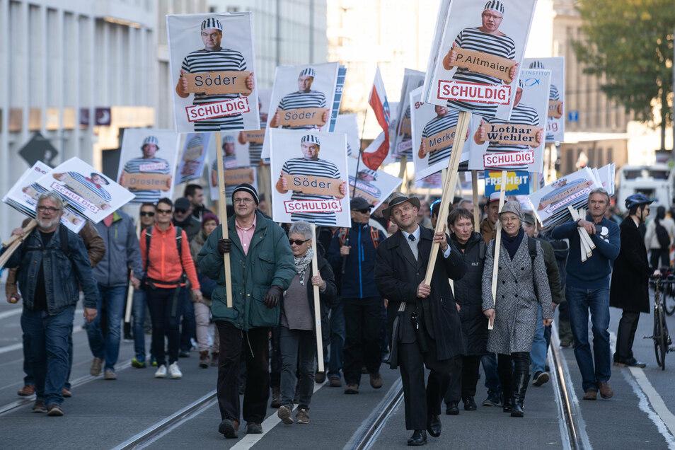 Corona-Protest in Leipzig: Die Grenze zwischen Wissenschaftsfeindlichkeit, Verschwörungstheorien und am Ende auch rechtem Extremismus wird – nicht zuletzt durch das Internet – immer diffuser.