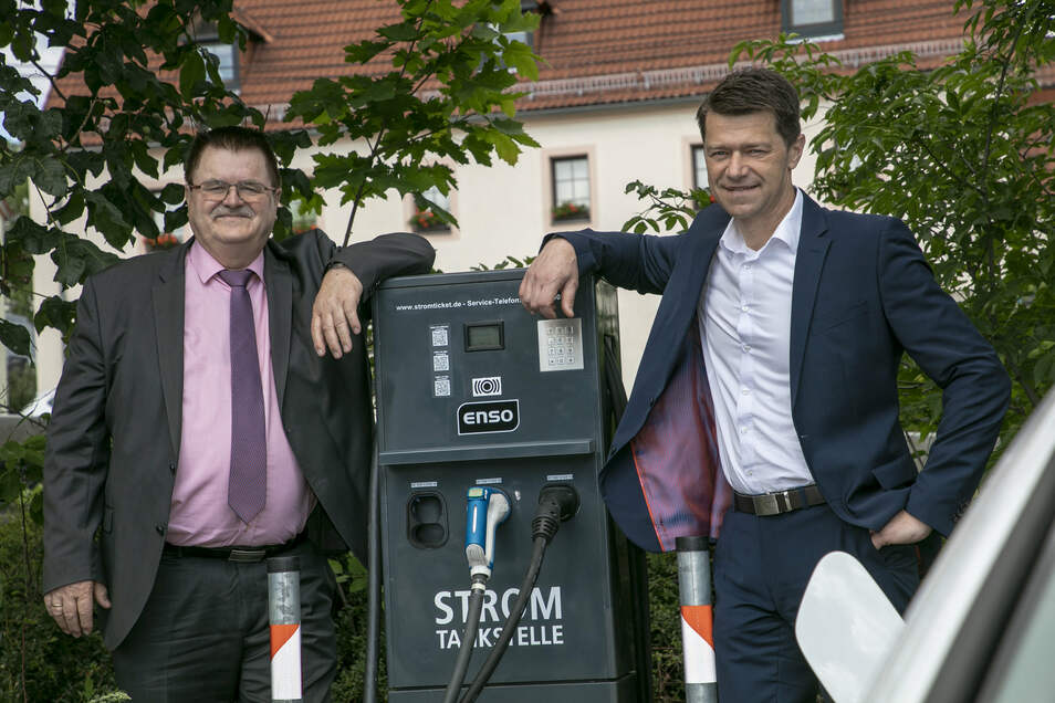 Bürgermeister Christoph Fröse (li.) und Enso-Kommunalvertriebsleiter Gunnar Schneider nehmen neue Stromtankstelle in Bannewitz in Betrieb.